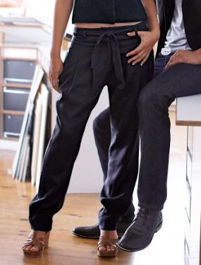Féminin, avec des talons hauts ou des compensées, une pochette et une  blouse légère et fluide, le sarouel sera très féminin.
